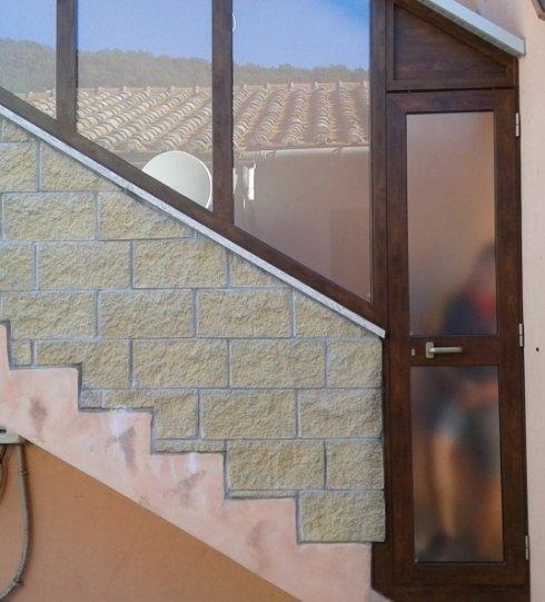porta e vetrate fisse in alluminio effetto legno