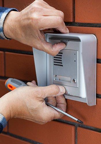due mani che installano un dispositivo di sicurezza