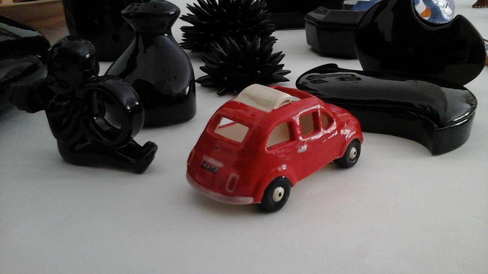 una macchinina rossa in ceramica