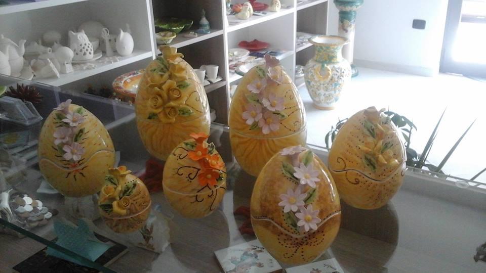 delle uova in ceramica di color giallo con dei fiori