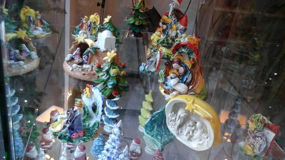 degli oggetti colorati in ceramica