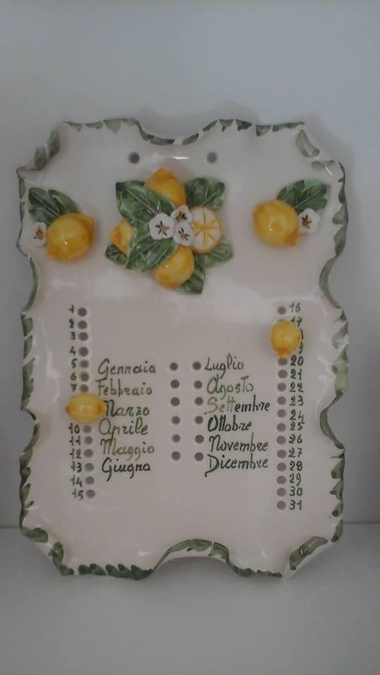 un calendario di ceramica con al centro della frutta gialla