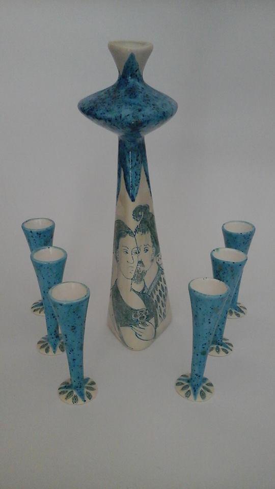 dei vasi e piccoli vasi azzurri e bianchi in ceramica