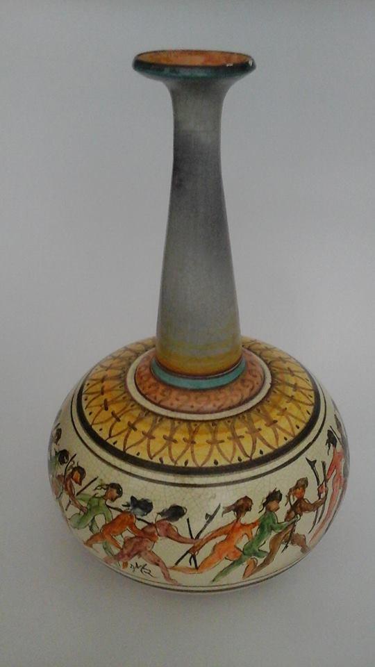 un vaso bianco e di diversi colori e disegni in ceramica