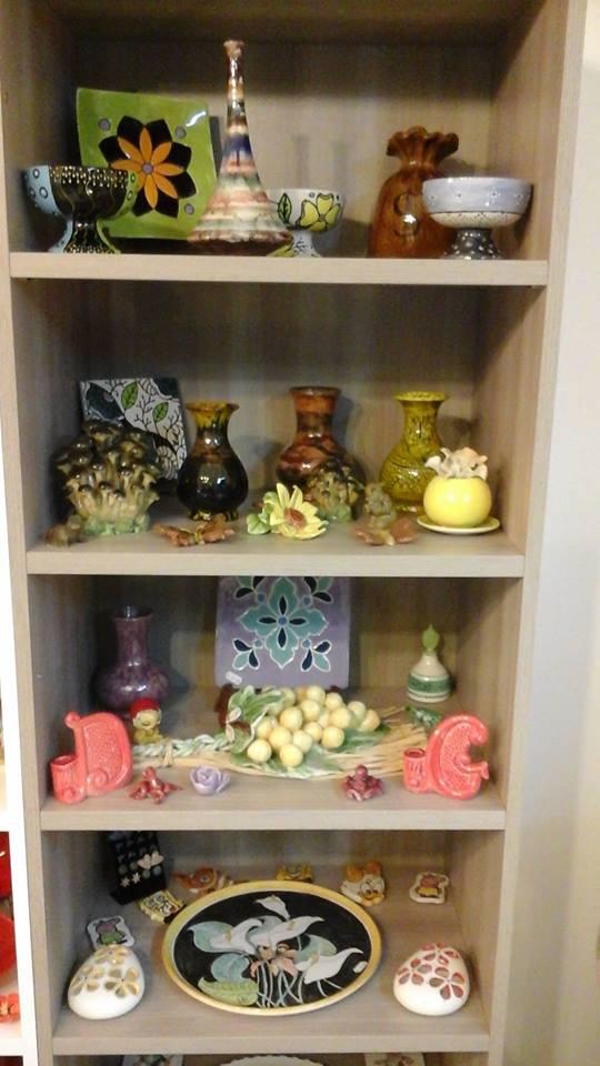 uno scaffale in legno con degli oggetti in ceramica
