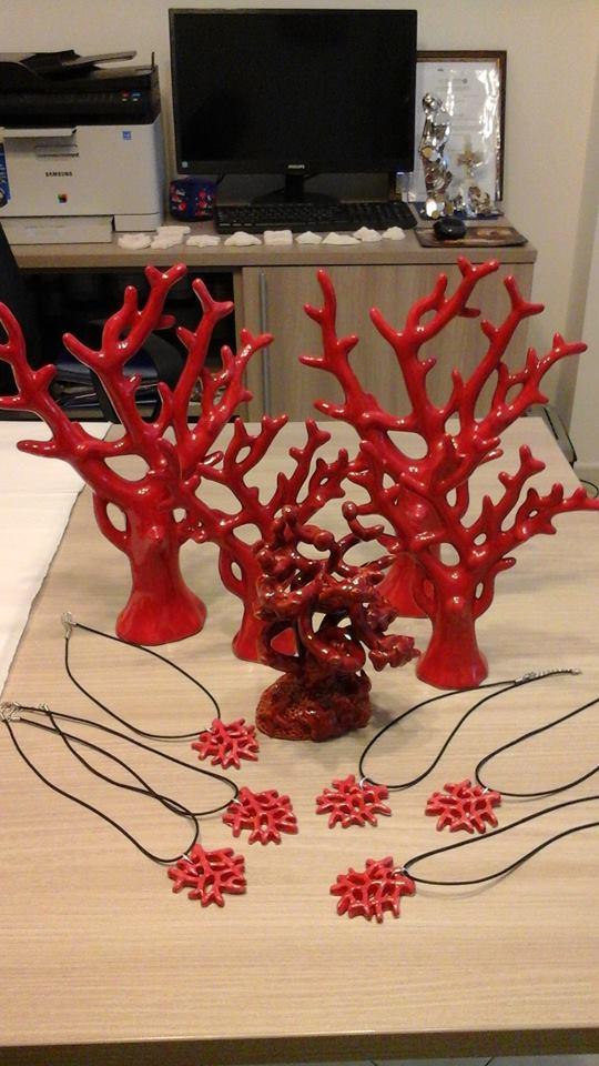 degli alberi spogli rosi in ceramica