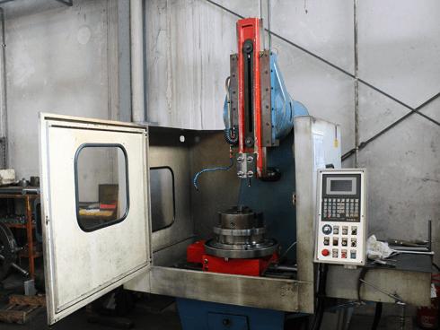 Cams 300-M CNC con tavola girevole (3 assi controllati).