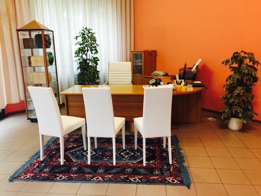 Ufficio con sedie e scrivania elegante