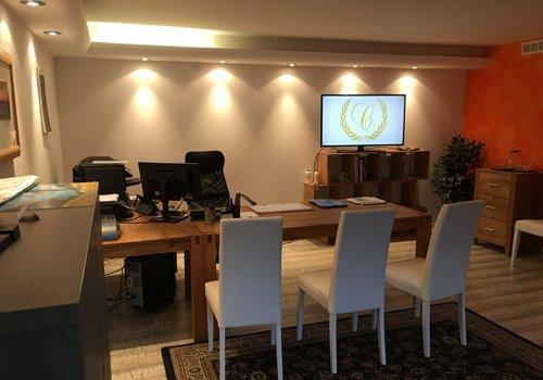 ufficio onoranze funebri Caduco con logo raffigurato nello schermo