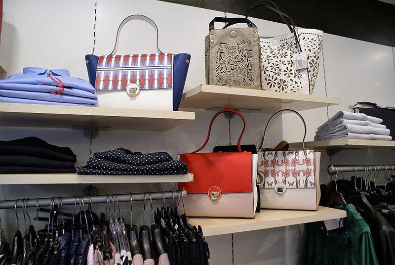 Primo piano delle borsette con i suoi arditi colori e disegni
