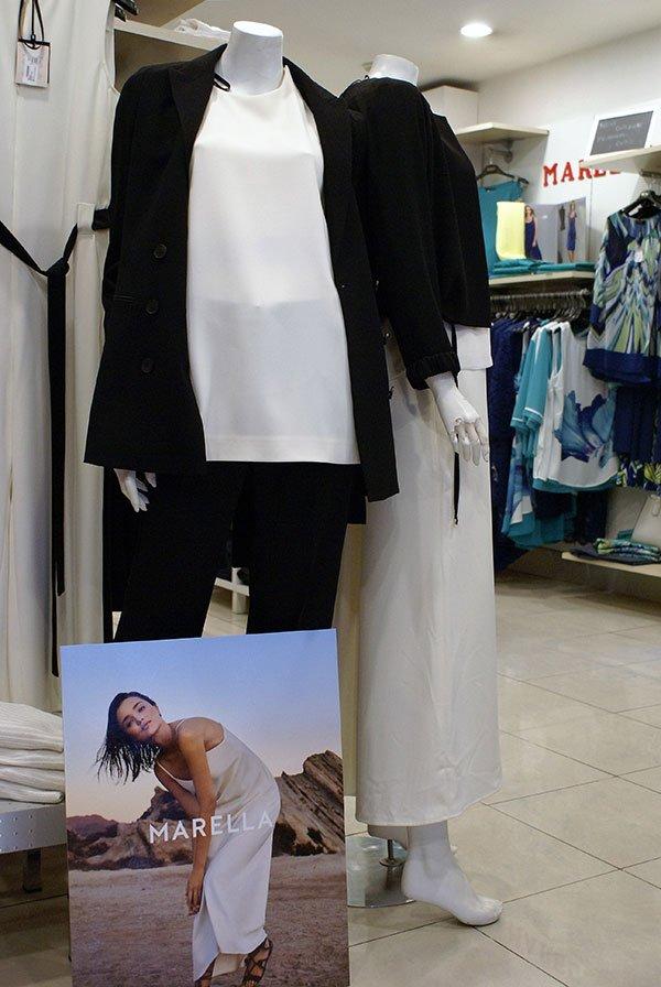 Pantaloni nero e camicetta bianca, pantaloni bianco e blusa nera....