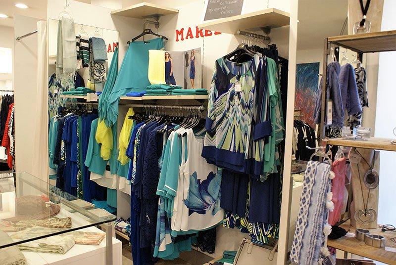 Bluse di coraggiosi stampati pop, gonne blu,t-shirt,fazzoletti ...tutto in blu e gialli con tocchi di bianco
