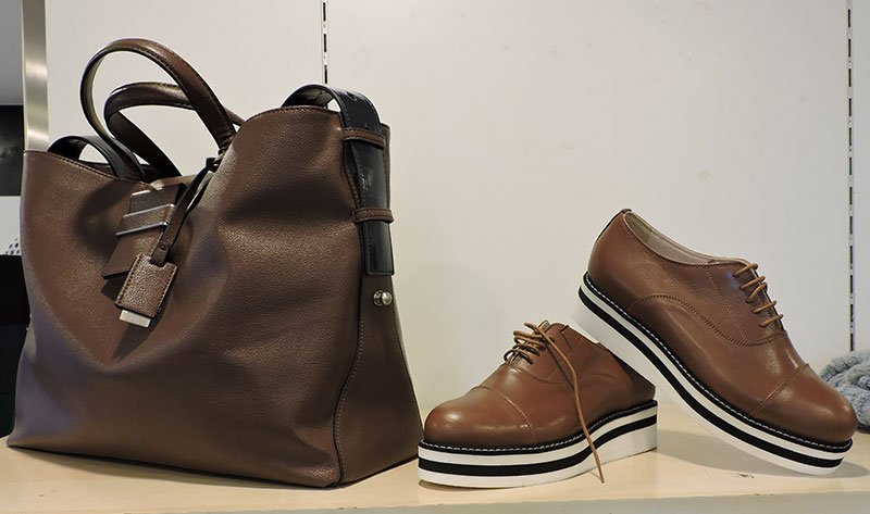 Scarpe di sport- casual di colore bruni te borsetta di pelle marrone scuro