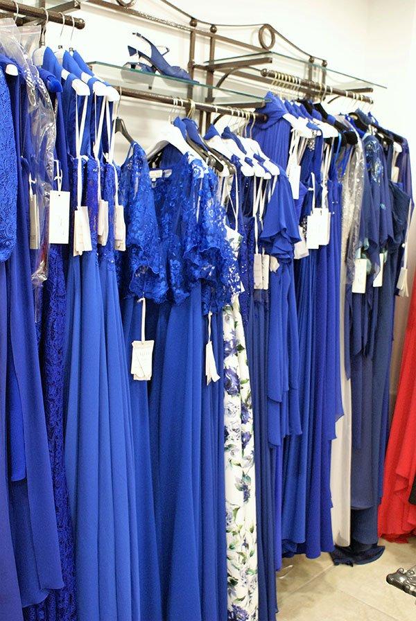 Diverse ed eleganti vestiti di festa in diverse tonalità blu, femminili e sensazioni