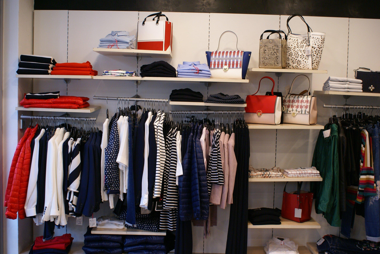 esposizione ultima collezione di abiti donna da Marisa Abbigliamento