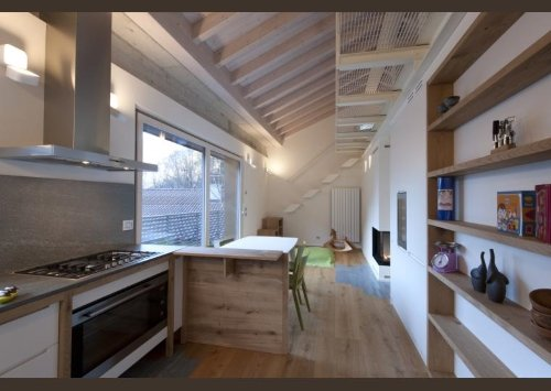 una cucina con pavimento e dell mensole in legno