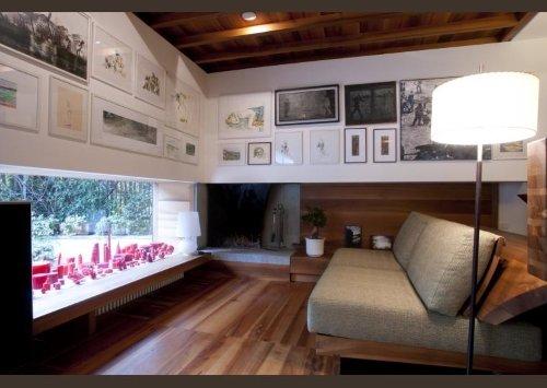 una sala con pavimento in legno