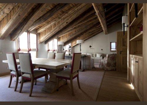 una cucina con mobili in legno chiaro