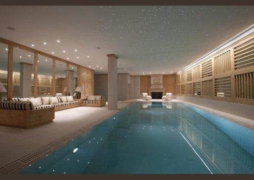 una piscina al coperto e dei muri rivestiti in legno chiaro