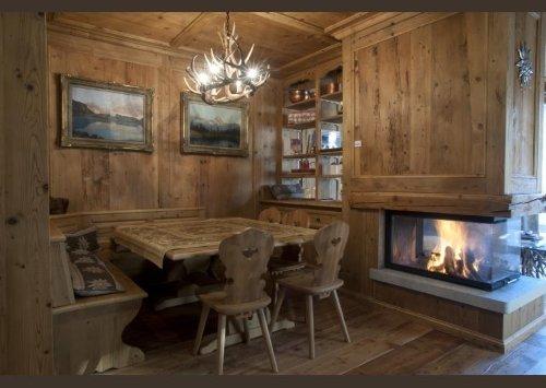 una sala da pranzo in legno chiaro