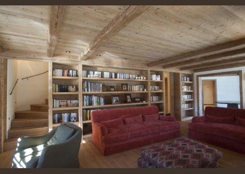 una sala in legno con una libreria