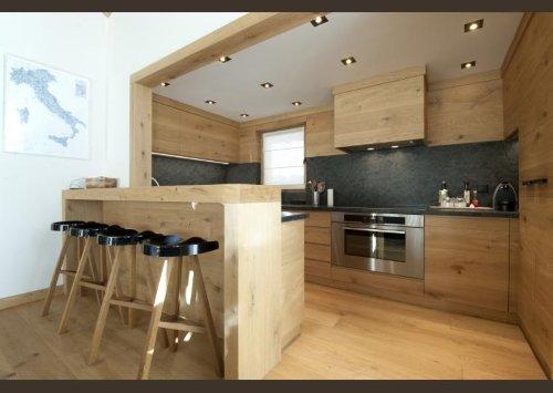 una cucina in legno con un forno e l'angolo bar