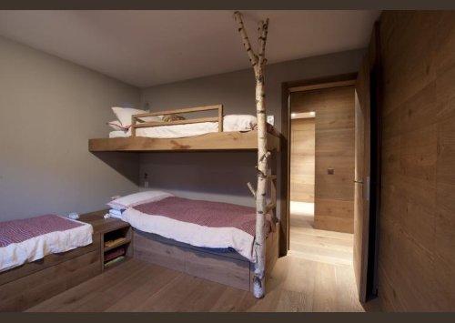 un letto a castello in legno