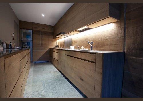 una cucina con dei mobili in legno chiaro
