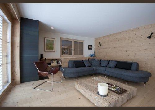 una sala con il pavimento e i muri in legno