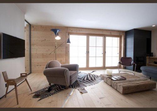una sala con un tavolino fatto a mano in legno