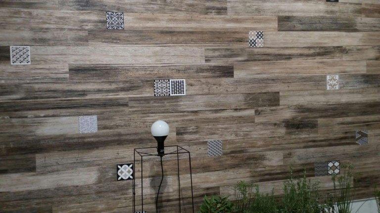 un muro con delle piastrelle a effetto legno