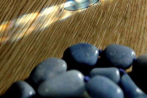 un pavimento  in legno e dei sassi di color blu