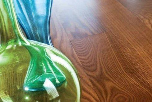 un pavimento in parquet e due vasi di vetro