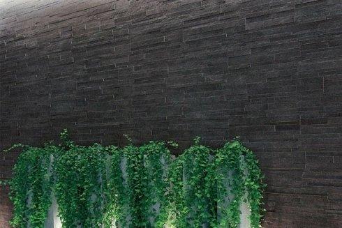 un muro con delle piastrelle di color grigio scuro