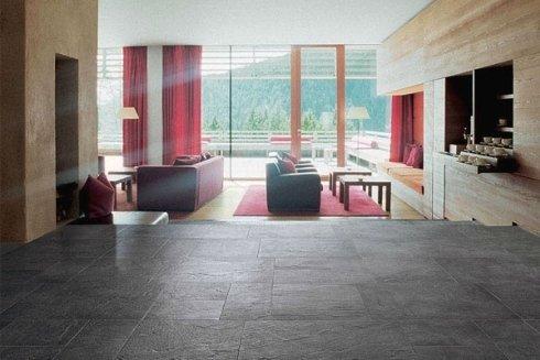 una sala con due divani e dei tavolini di legno