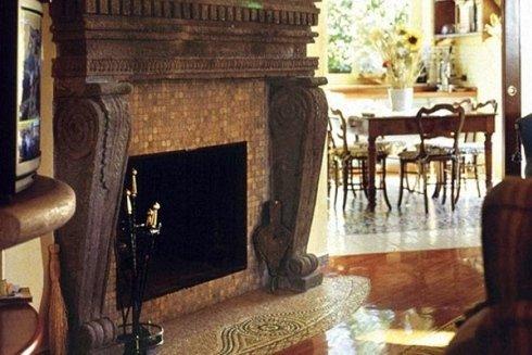 un pianerottolo con pavimento in marmo e disegni a mosaico