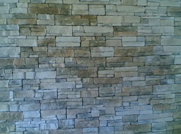 un muro con delle piastrelle a effetto pietra