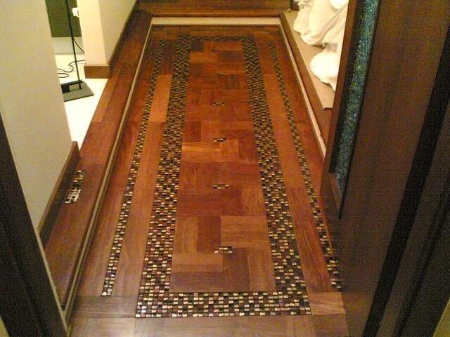 un pavimento in legno e dei disegni con piastrelle dorate