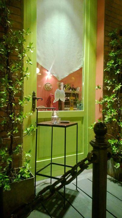 Interno di un ristorante con arredamento di color verde