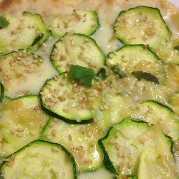 pizza con mozzarella e zucchine