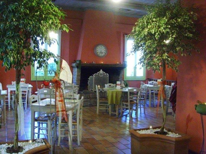 Interno del ristorante con alberelli come arredamento