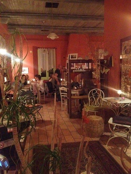 interno di un ristorante con delle persone sedute ai tavoli