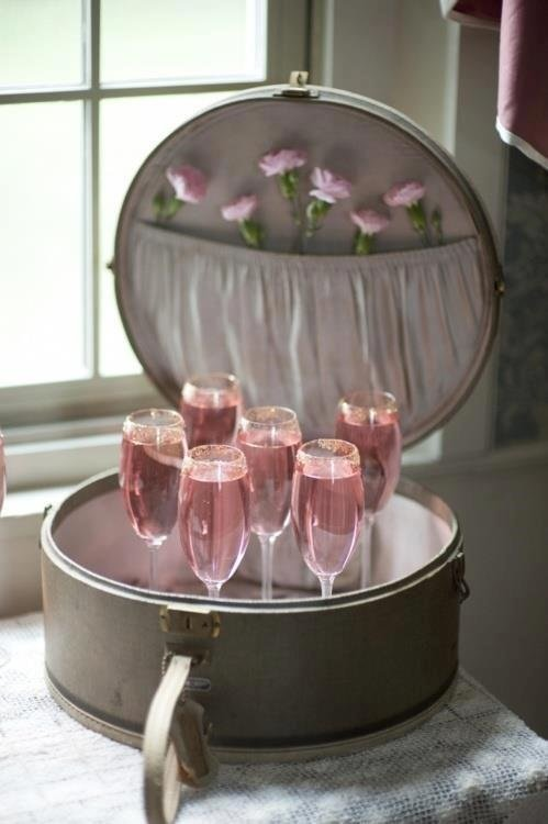 Scatola aperta con dentro calici con spumante rosa