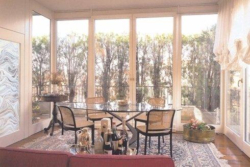 Salotto elegante con porte finestre