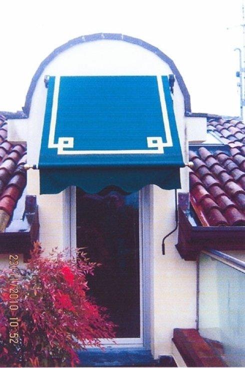 Entrata di un edificio con piccola pensilina blu
