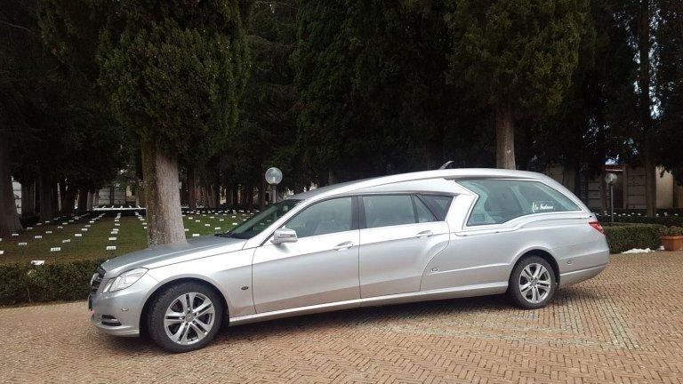 dettaglio di limousine adibito a carro funebre 1
