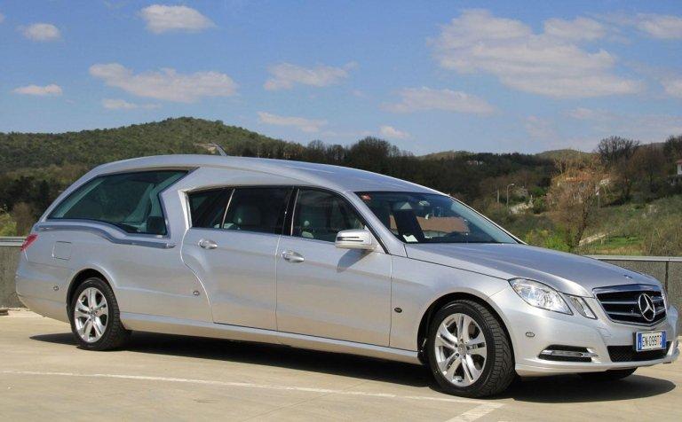 dettaglio di limousine adibito a carro funebre 2