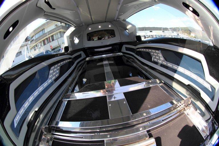 interno di limousine adibito a carro funebre 2