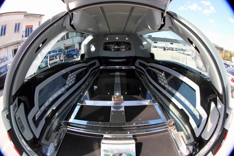 interno di limousine adibito a carro funebre 1