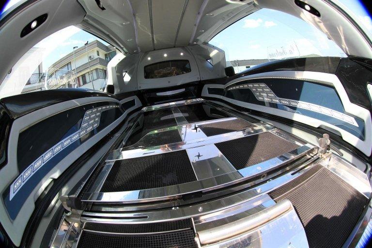 interno di limousine adibito a carro funebre 3